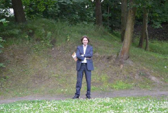 Michael Mamlock vor dem ehemaligen jüdischen Friedhof